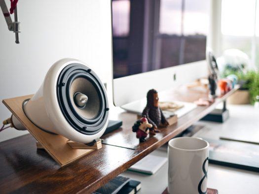 Et skrivebord med bluetooth højttaler
