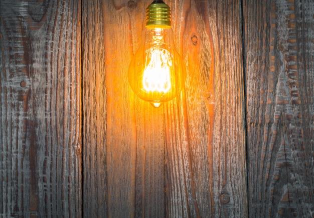 lampe-ved-siden-af-højttalere