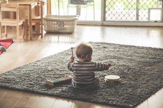 barn med legetøj